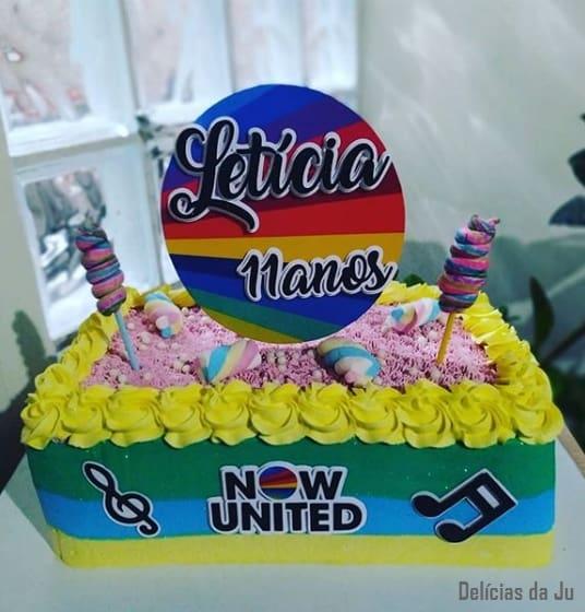 bolo quadrado e colorido Now United