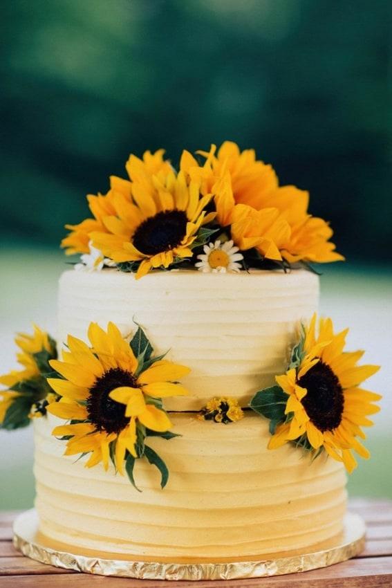bolo de 2 andares decorado com girassois naturais