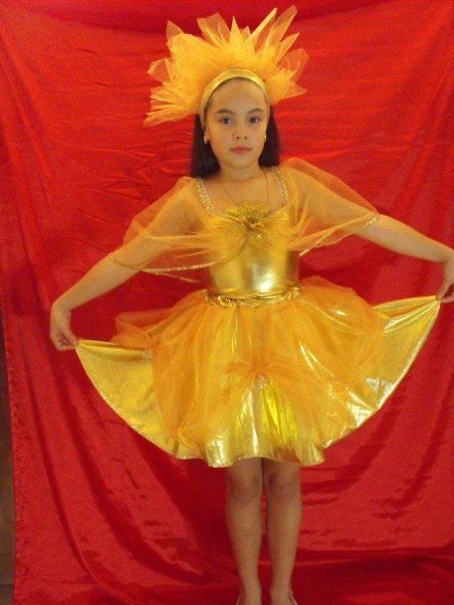 menina com vestido e fantasia de sol