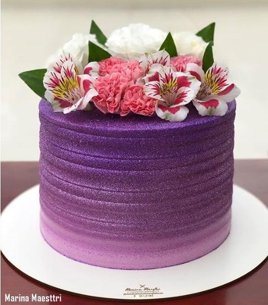 bolo degrade roxo com glitter e flores naturais