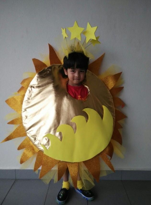 menino com fantasia de sol de vestir