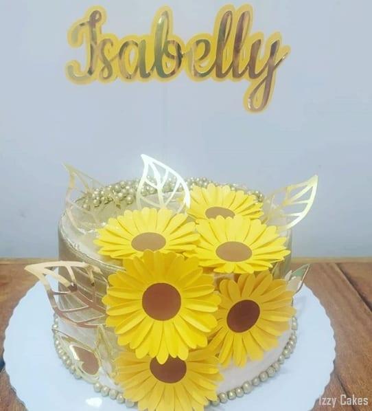 bolo dourado com girassois de papel
