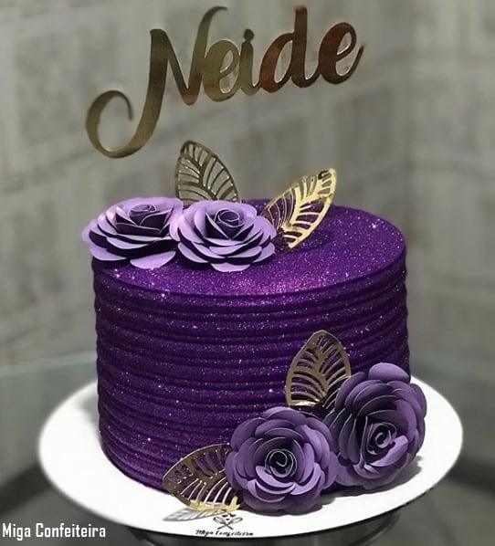bolo glow cake roxo com flores de papel