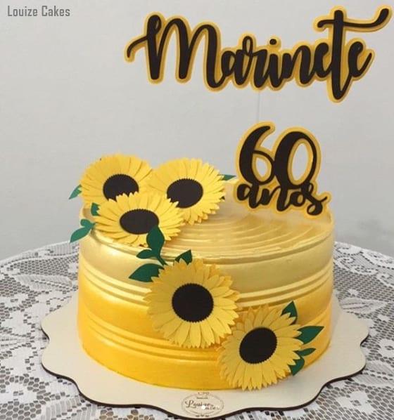 bolo amarelo com toppers personalizados de girassol