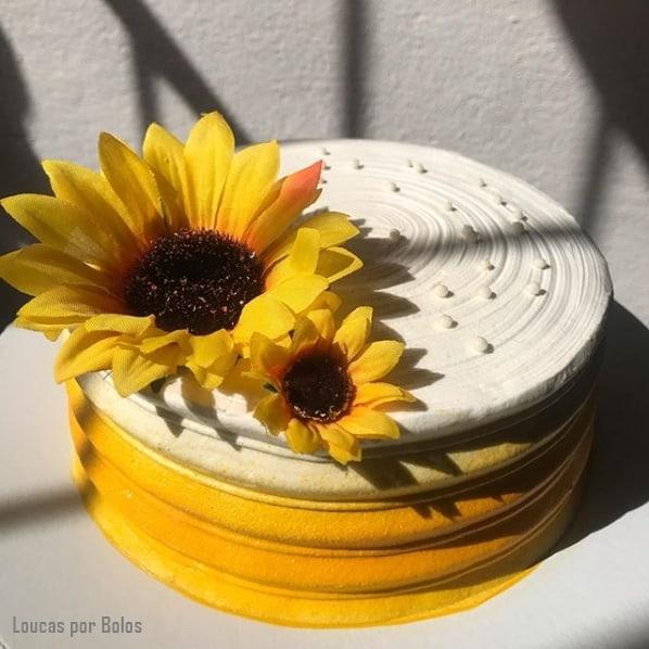 bolo simples com topo de girassol artificial