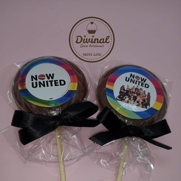 pirulito de chocolate decorado para lembrancinha de festa Now United