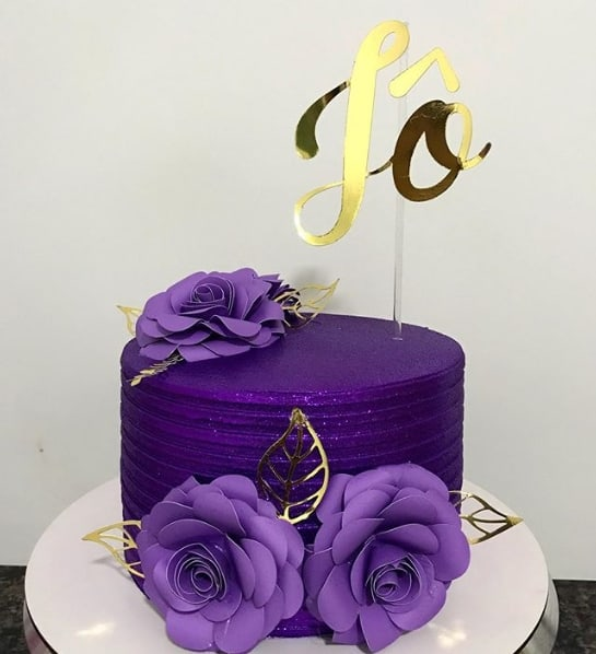 glow cake roxo com toppers dourados