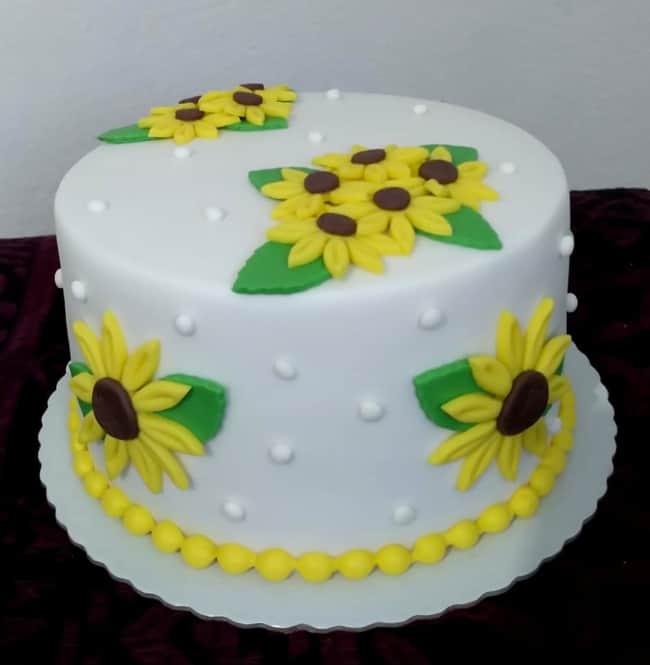 bolo redondo de pasta americana com tema de girassol