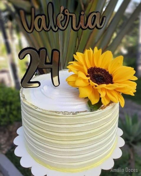 bolo simples com girassol decorando topo