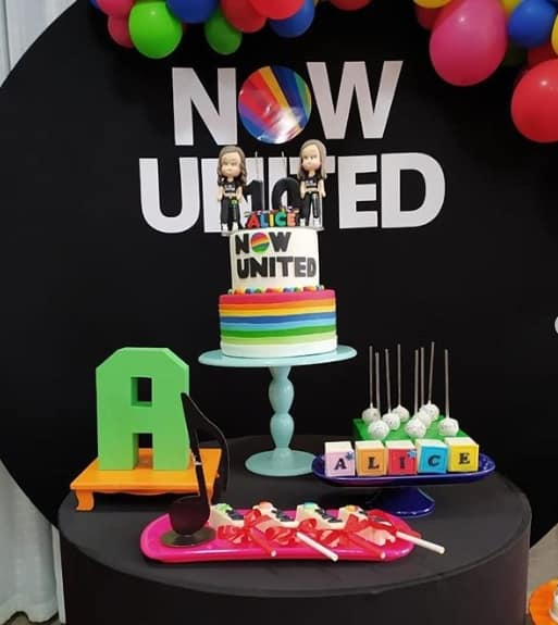 festa simples com tema Now United