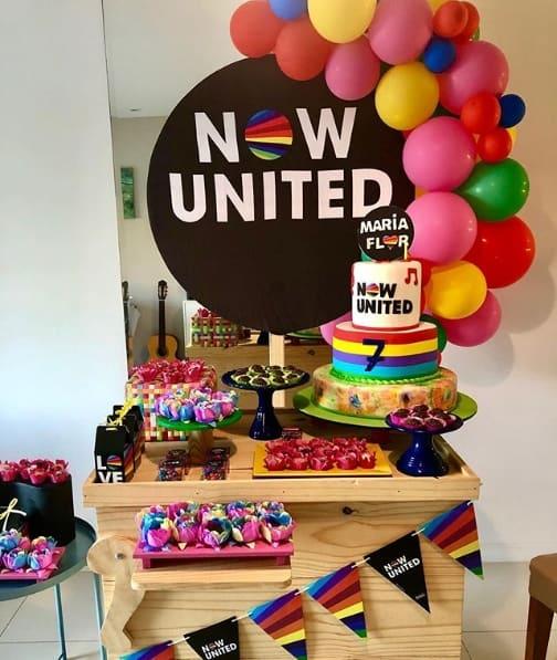 festa em casa com tema Now United