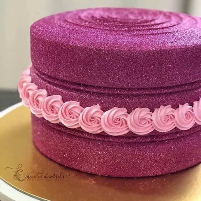glow cake rosa decorado com chantilly