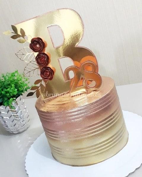 bolo redondo decorado em dourado e rose gold