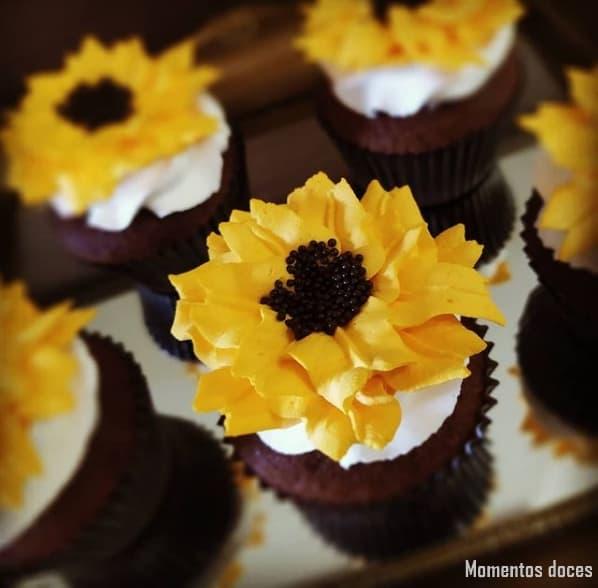 cupcake de girassol decorado com chantininho