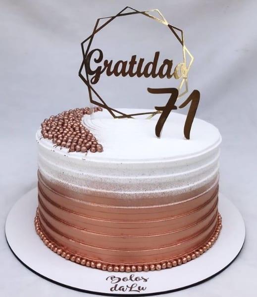 bolo de aniversario rose gold e branco