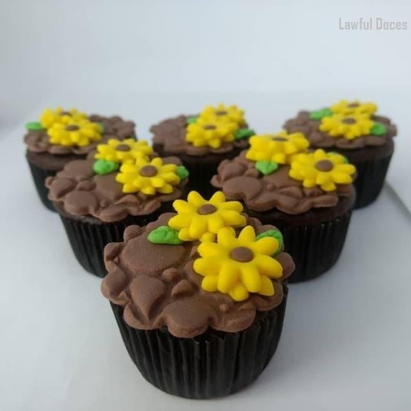 cupcake de girassol com pasta americana de chocolate