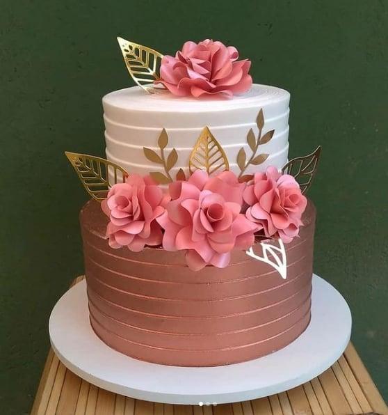 bolo de 2 andares rose gold e branco decorado com flores de papel