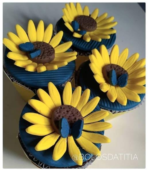cupcake de girassol com borboleta decorado em pasta americana