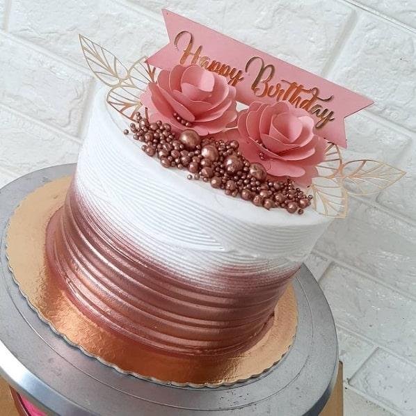 bolo rose gold e branco com toppers de papel