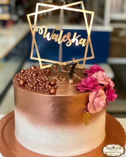bolo decorado em rose gold e branco com toppers