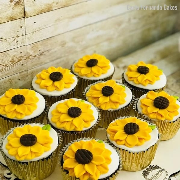 cupcakes decorados com girassol moldado em pasta americana