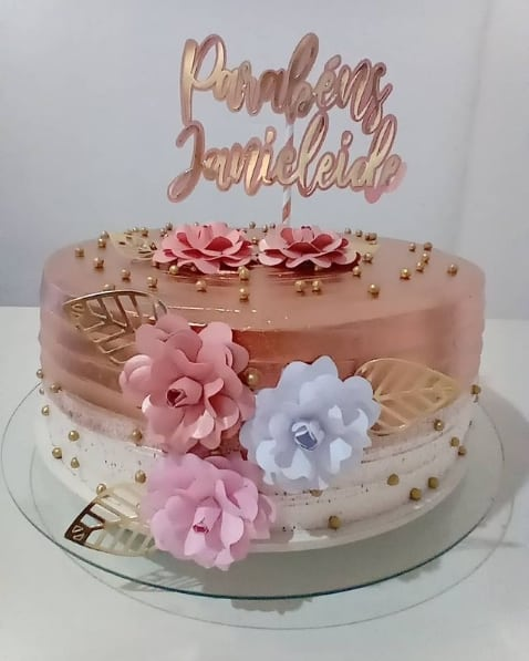 bolo simples decorado em rose gold e branco