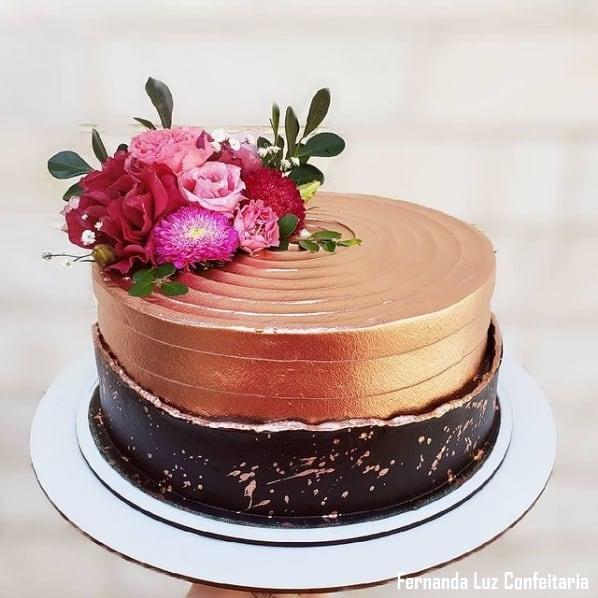 bolo redondo decorado em rose gold e preto