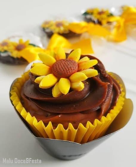cupcake de chocolate decorado com girassol no topo