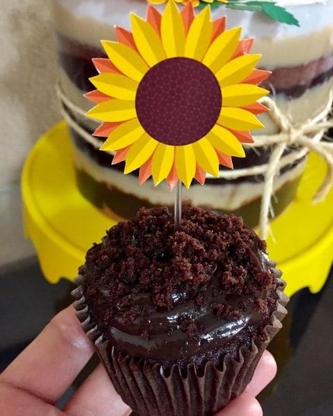 cupcake de chocolate decorado com topper de girassol