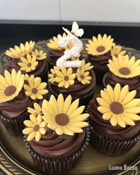 cupcake com cobertura de chocolate e tema de girassol