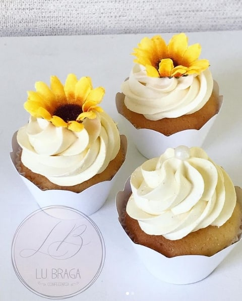 cupcake de chantilly decorado com girassol artificial