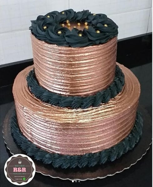 bolo de 2 andares decorado em rose gold e chantilly preto