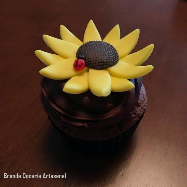 cupcake de chocolate com decoracao de girassol