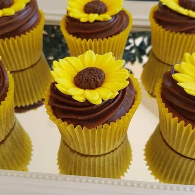 cupcake de girassol com cobertura de chocolate