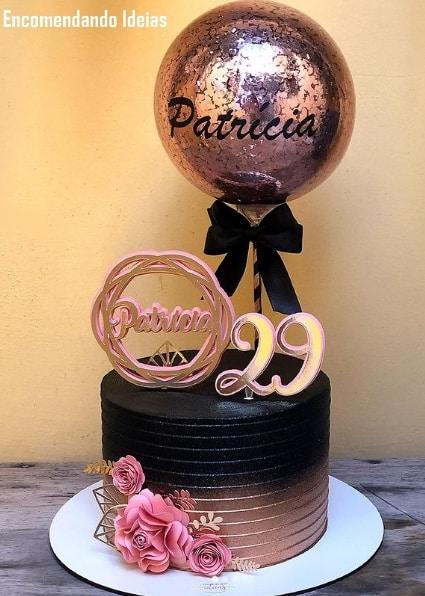 bolo moderno decorado em preto e rose gold