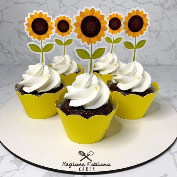 cupcake simples de girassol com topper de papel