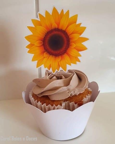 cupcake simples com cobertura e topper de girassol