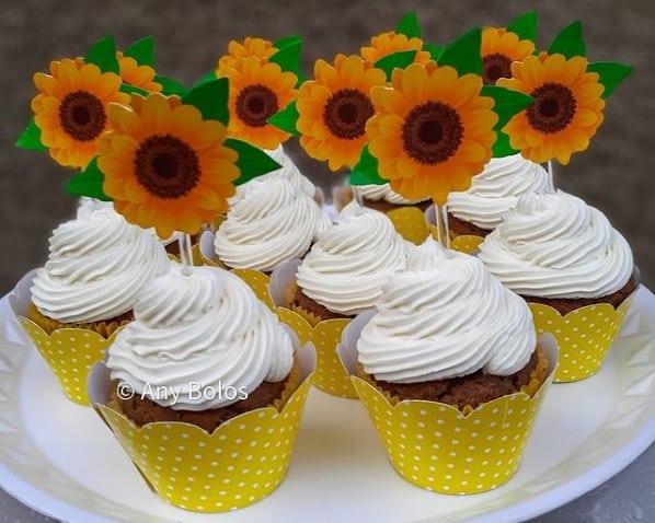 cupcake simples com chantilly e topper de girassol