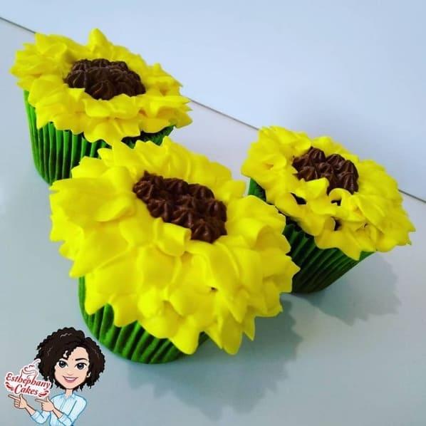 cupcake simples decorado com tema de girassol