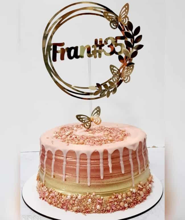 bolo rose gold e dourado decorado com topper