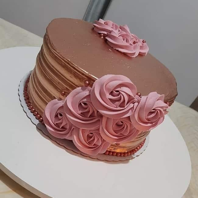 bolo rose gold decorado com flores de chantilly