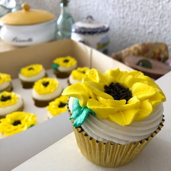 decoracao em chantilly para cupcake de girassol