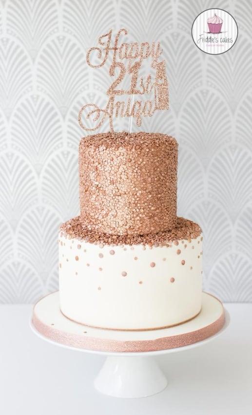 bolo de pasta americana branca com confeitos em rose gold