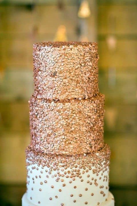 bolo decorado com confeitos rose gold