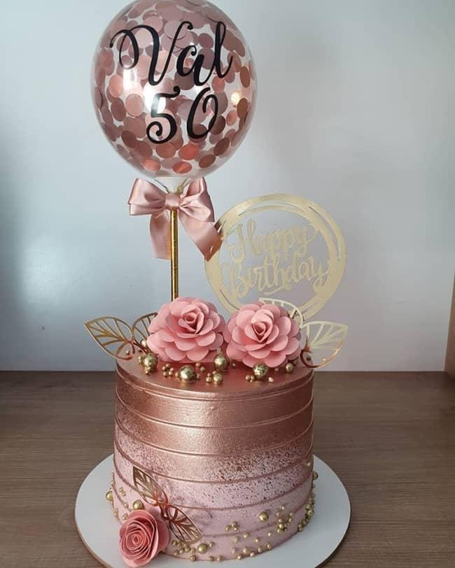 bolo redondo rose gold com flores de papel e balao