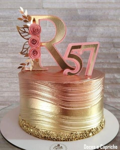 bolo rose gold e dourado com topper de papel