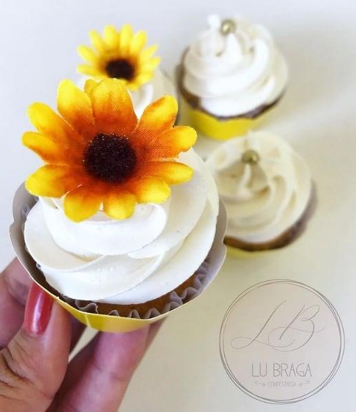 cupcake com chantilly e flor artificial de girassol