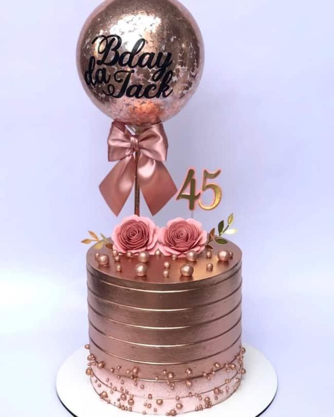 bolo rose gold com flores de papel e balao personalizado