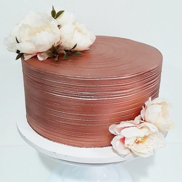 bolo metalizado rose gold com flores brancas