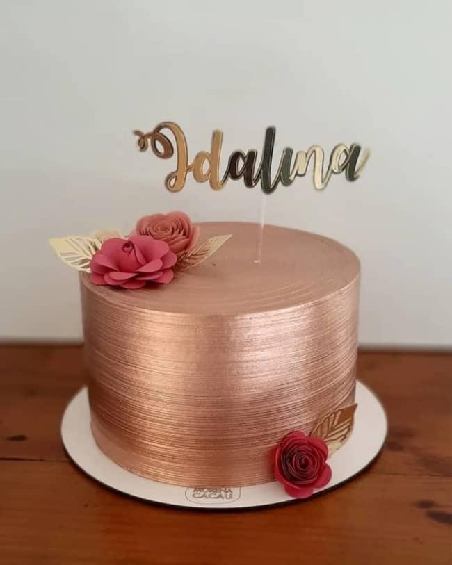 bolo metalizado rose gold com flores de papel